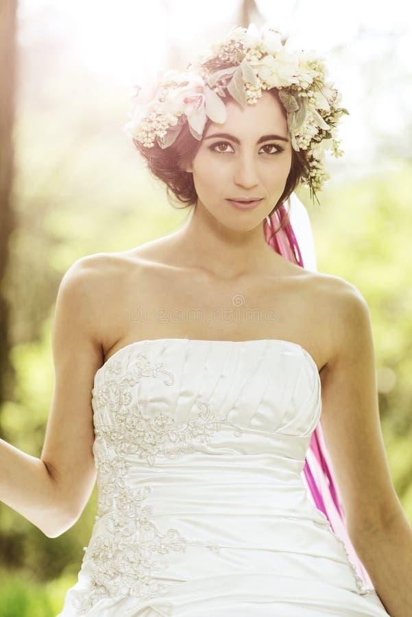 Piękna panna młoda z kwiat tiarą przy drzewem fotografia royalty free