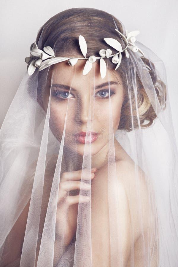 Piękna panna młoda z mody ślubną fryzurą na białym tle - zdjęcia royalty free