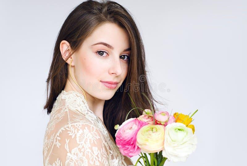 Piękna panna młoda z ranunkulyus kwiatu bukietem obraz royalty free
