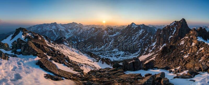 Piękna panorama góry przy zmierzchem zdjęcia royalty free