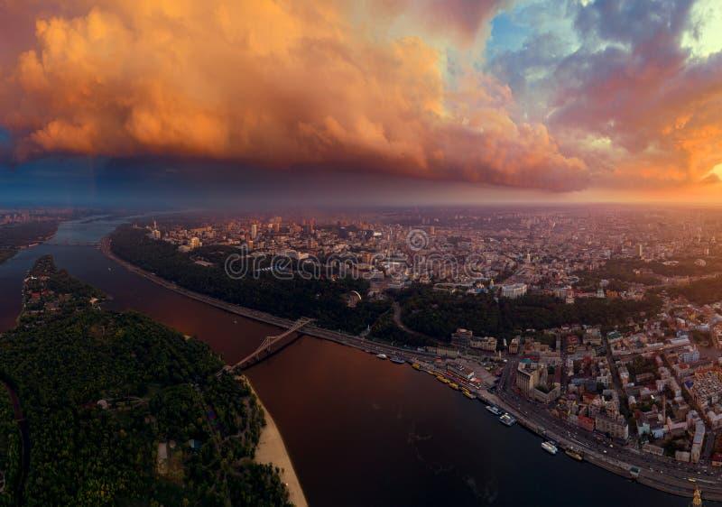 Piękna panorama miasto Kijów od powietrza Zaporoska rzeka i dwa banka miasto przy zmierzchem zdjęcie stock