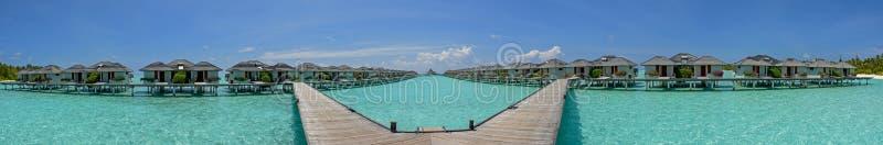 Piękna panorama nadmierni wodni bungalowy przy tropikalną wyspą przy Maldives zdjęcia stock
