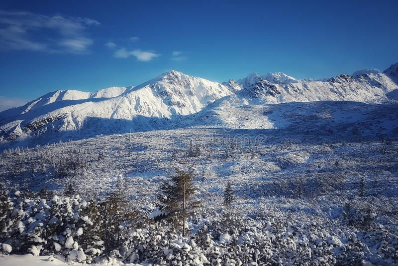 Piękna panorama nakrywający pasmo górskie, śnieżna dolina w przedpolu fotografia royalty free