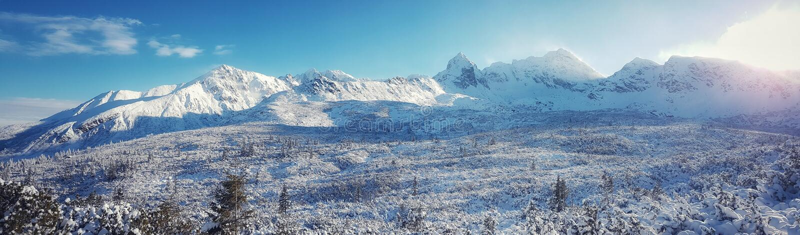 Piękna panorama nakrywający pasmo górskie słońce błyszczy w ranku obrazy royalty free