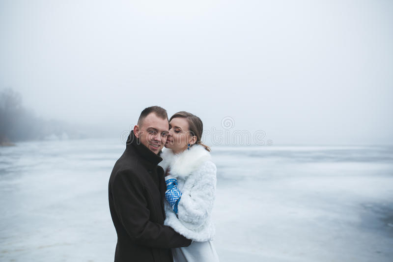 Piękna para na doku w zimy mgle obrazy royalty free