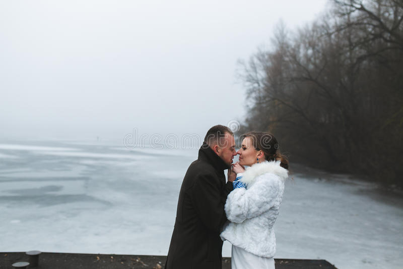 Piękna para na doku w zimy mgle obrazy stock