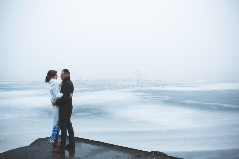 Piękna para na doku w zimy mgle zdjęcia stock