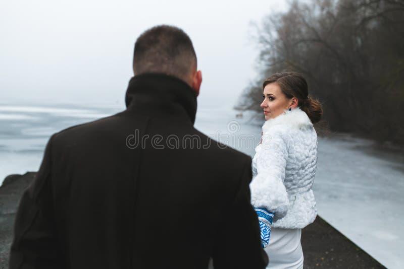 Piękna para na doku w zimy mgle zdjęcia royalty free