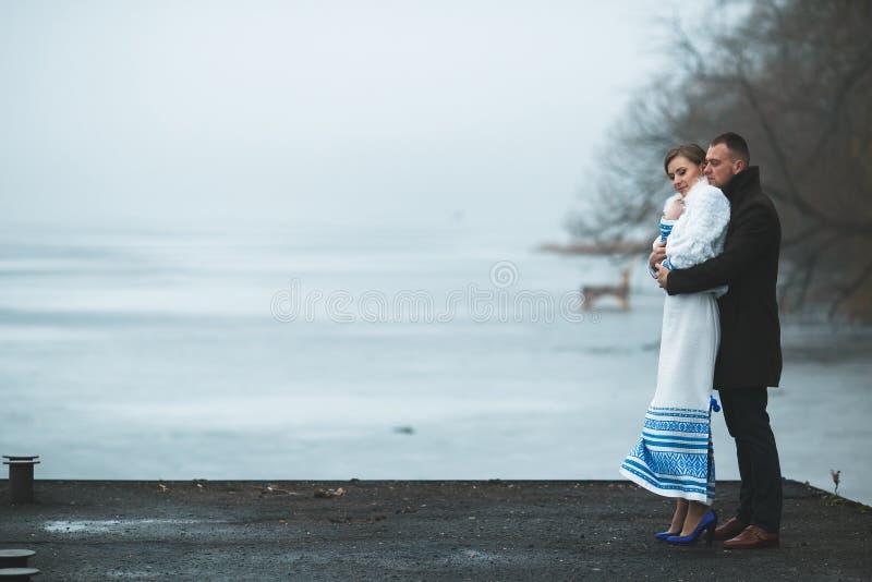 Piękna para na doku w zimy mgle zdjęcie stock