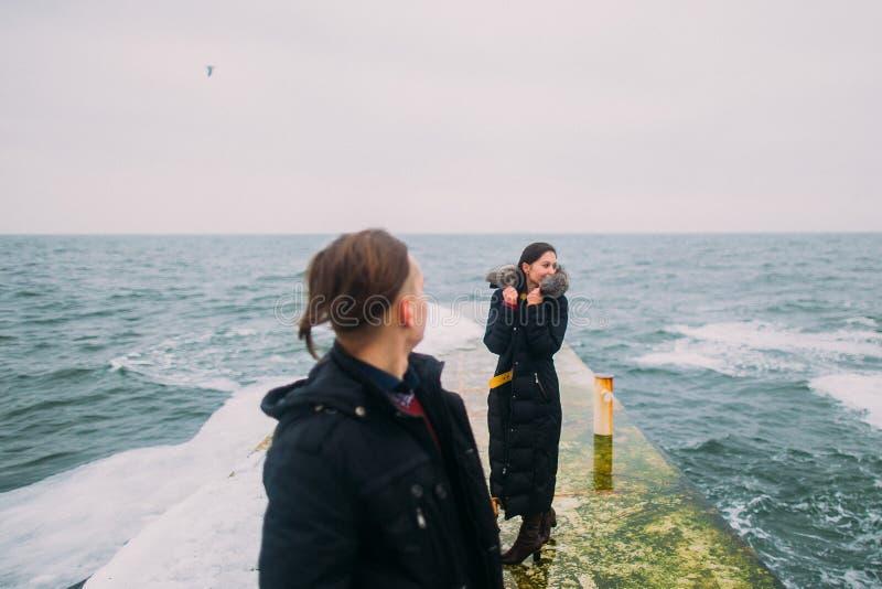 Piękna para na doku w zimy mgle Romantyczny miesiąc miodowy zdjęcie stock