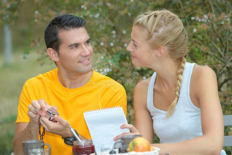 Piękna para na lunchu przy restauracją outdoors zdjęcie royalty free