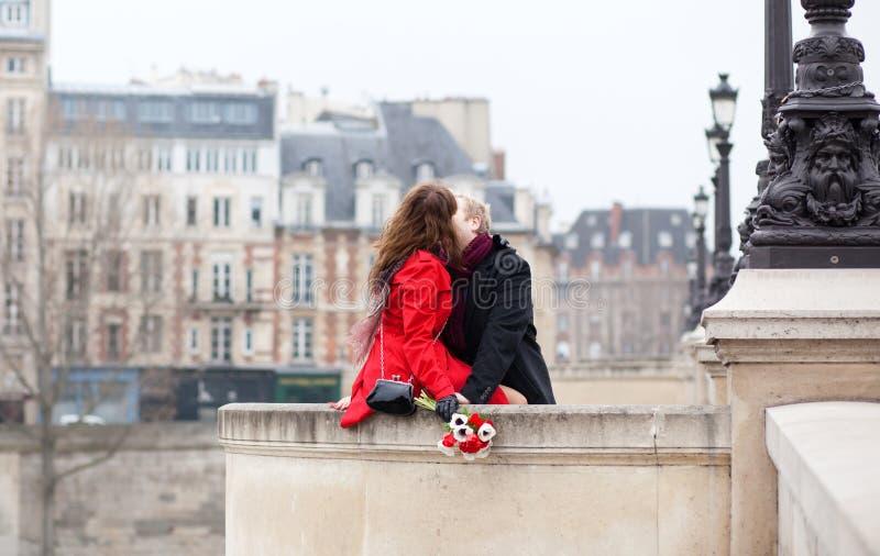 piękna para Paris romantyczny obrazy stock