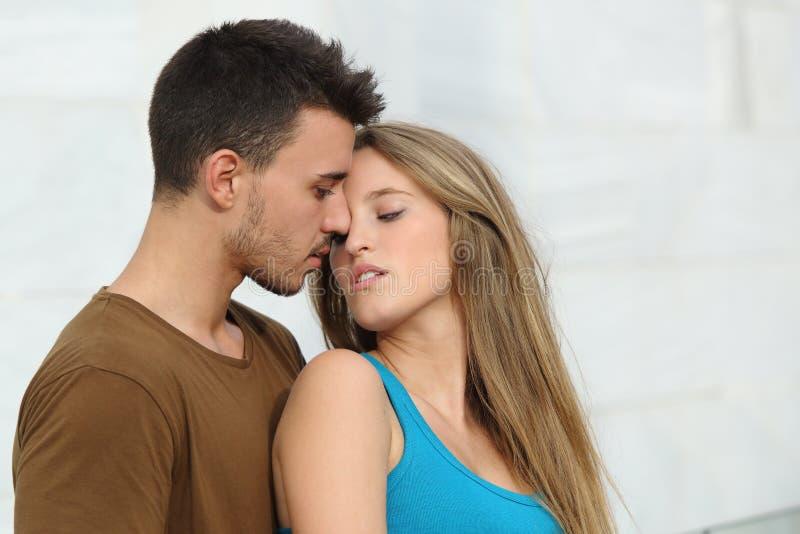 Piękna para przygotowywająca całować z miłością fotografia stock