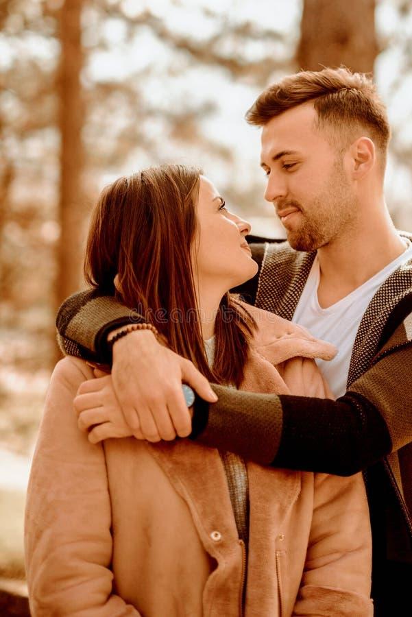 piękna para tła wyizolował nad białymi młoda miłość fotografia stock