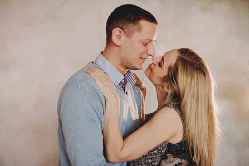 Piękna para w miłości ma wielkiego czas i ściskać zdjęcie royalty free