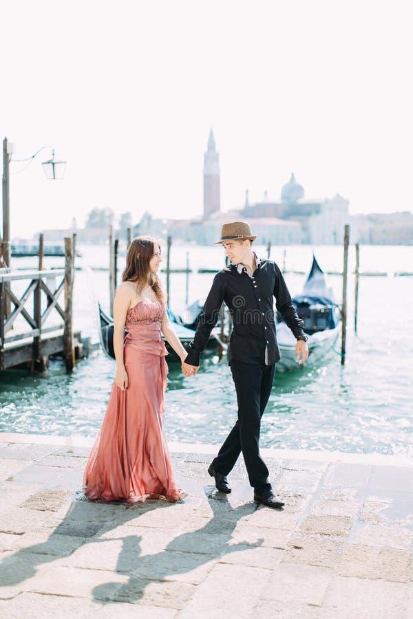 Piękna para w Wenecja, Włochy - kochankowie na romantycznym całowaniu w Wenecja i dacie fotografia royalty free