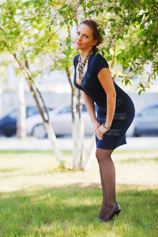 piękna parkowa kobieta obraz royalty free