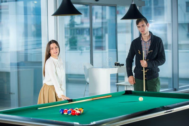 Piękna pary pozycja obok basenu stołu obraz stock