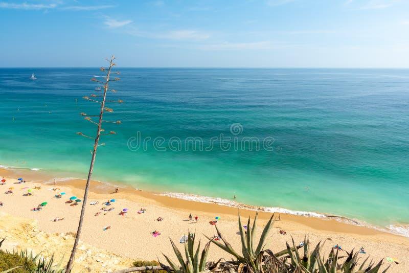 Piękna piaskowata plaża na Algarve wybrzeżu w południowym Portugalia zdjęcie stock