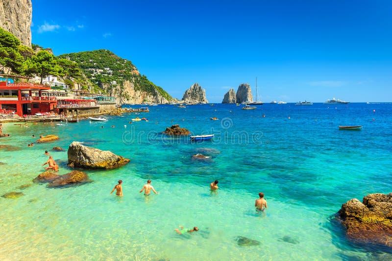 Piękna plaża i falezy w Capri wyspie, Włochy, Europa obraz royalty free
