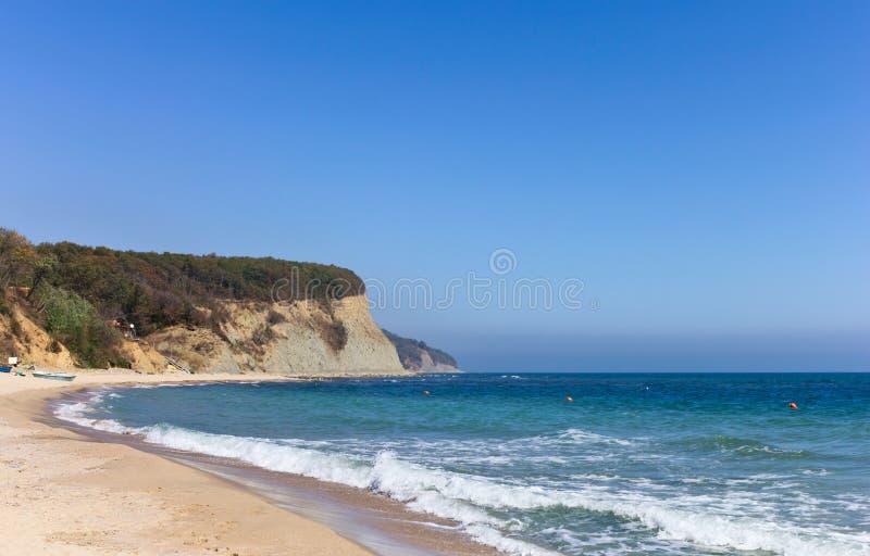Piękna plaża i skalisty seashore fotografia stock
