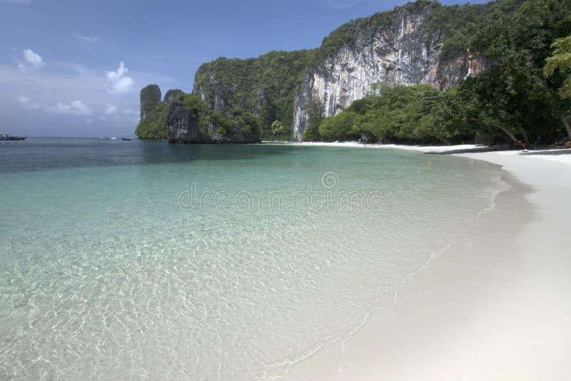 Piękna plaża, morze i niebieskie niebo przy Andaman oceanem w Południowym Tajlandia, zdjęcie royalty free