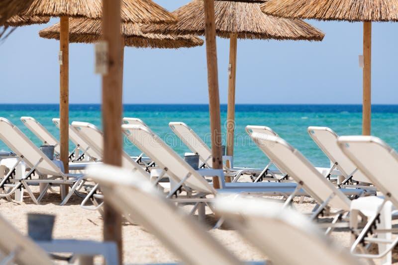 Piękna plaża z pokładu krzesłami i parasolami obrazy royalty free