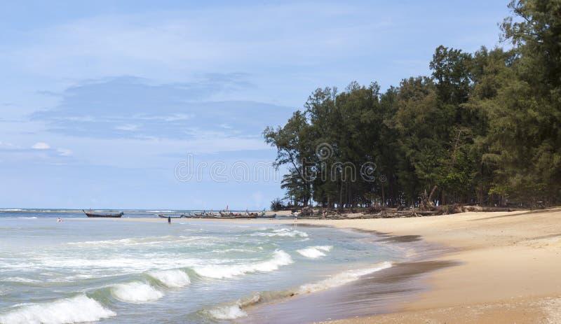 Piękna plaża z tropikalnymi drzewami z fala morze i niebieskim niebem z białymi chmurami Tajlandia Phuket fotografia stock