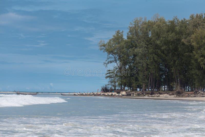 Piękna plaża z tropikalnymi drzewami z fala morze i niebieskim niebem z białymi chmurami Tajlandia Phuket obrazy stock