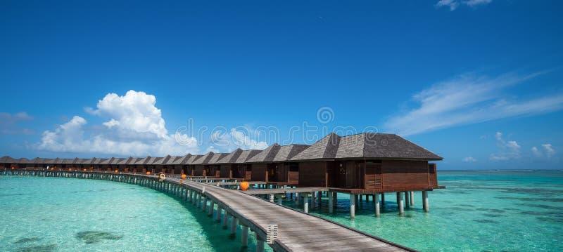 Piękna plaża z wodnymi bungalowami przy Maldives, panoramy forma obrazy royalty free