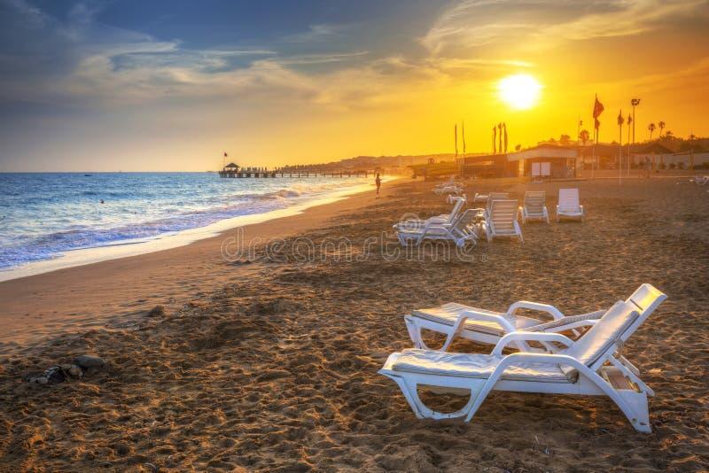 Piękna plażowa sceneria na turecczyźnie Riviera przy zmierzchem zdjęcie stock