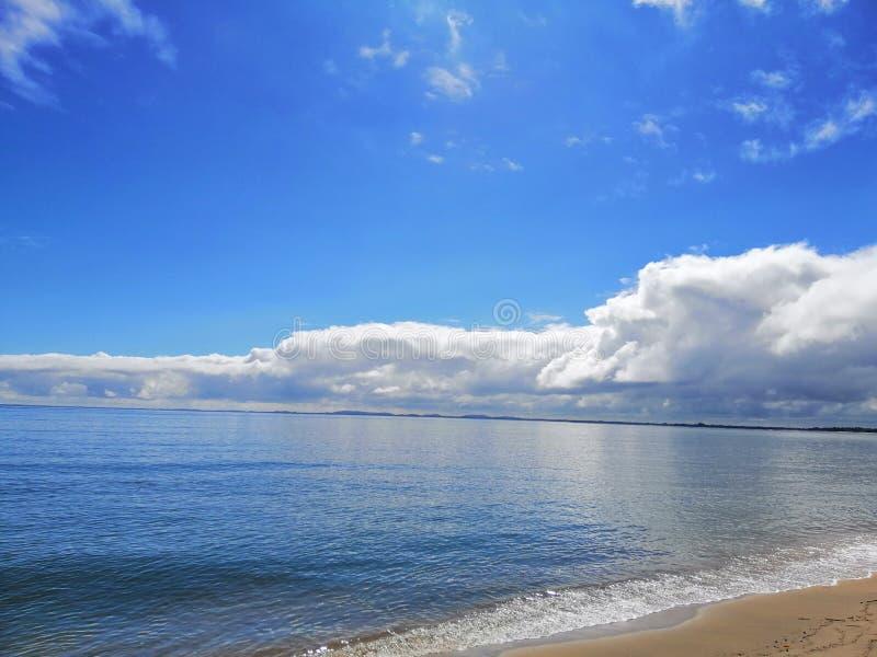 Piękna plaży strony chmura zdjęcia stock