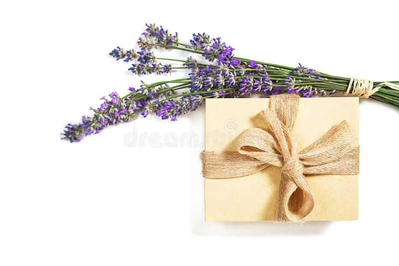 Piękna położenie z lawenda kwiatów i prezenta pudełka naturalnym kolorem z łękiem na białym tle, odizolowywającym zdjęcia stock