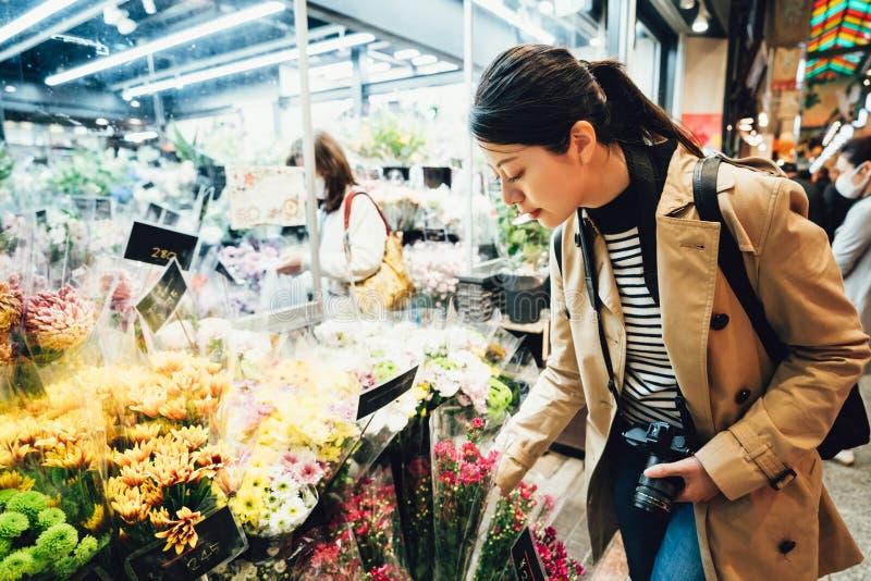 Piękna podróżnika kupienia flora w brokata rynku obrazy stock