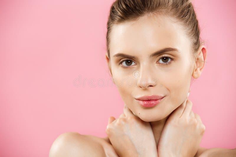 Piękna pojęcie - Zamyka w górę portreta atrakcyjna caucasian dziewczyna z piękno naturalną skórą odizolowywającą na różowym tle obraz stock