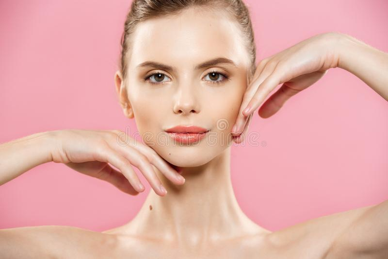 Piękna pojęcie - Zamyka w górę portreta atrakcyjna caucasian dziewczyna z piękno naturalną skórą odizolowywającą na różowym tle zdjęcie stock