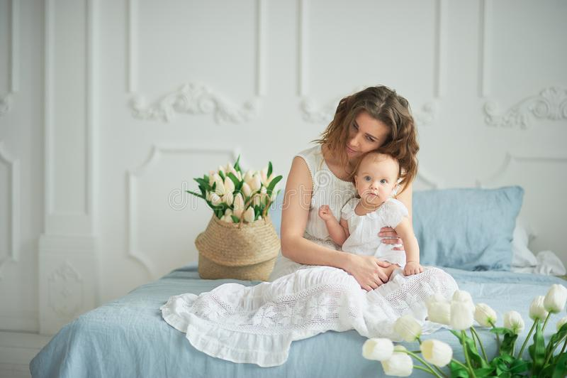 piękna potomstwo matka z dziewczynką w ona ręki Pojęcie szczęśliwa rodzina, macierzyństwo macierzysty bawić się z jej dzieckiem w zdjęcie stock