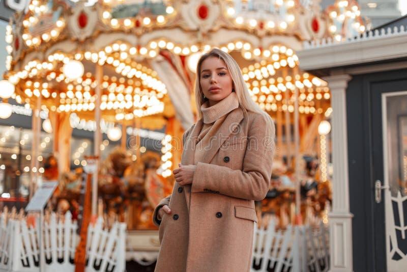Piękna potomstwo mody kobieta w eleganckim jesień roczniku i żakiecie dział pulower w parku rozrywkim obraz stock
