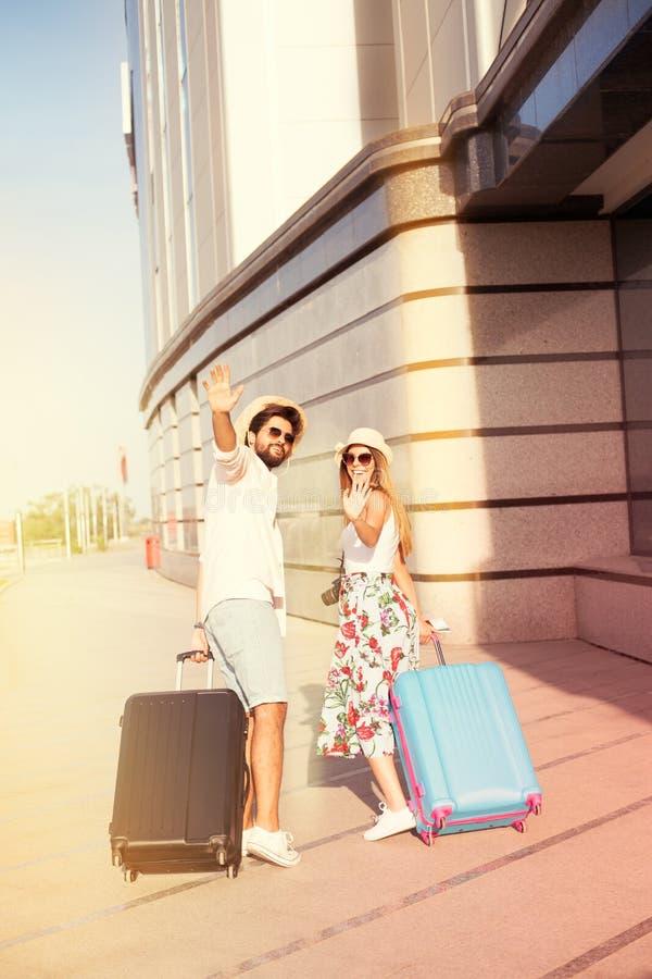 Piękna potomstwo para mówi na lotnisku do widzenia zdjęcia stock