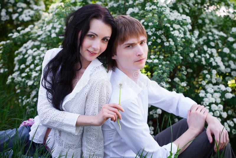 Piękna potomstwo para w miłości obrazy royalty free