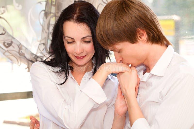 Piękna potomstwo para w miłości obraz stock