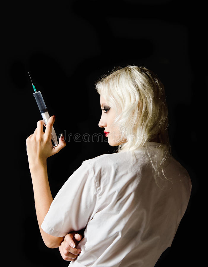 Piękna potomstwo pielęgniarka z strzykawką w ręce fotografia stock