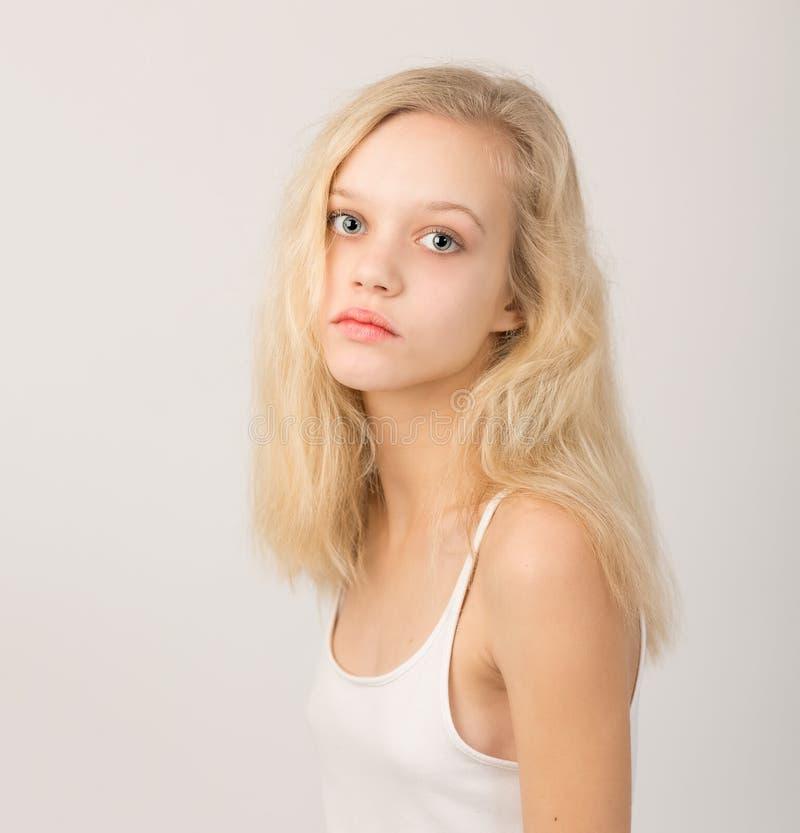 Piękna Poważna Blond nastoletnia dziewczyna W bielu wierzchołku fotografia stock