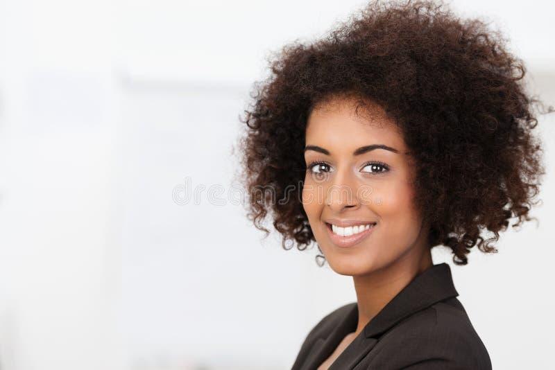 Piękna powabna amerykanin afrykańskiego pochodzenia kobieta zdjęcie stock