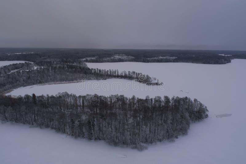 Piękna powietrzna fotografia zamarznięty lodowy jezioro i droga w Szwecja, Scandinavia obrazy stock