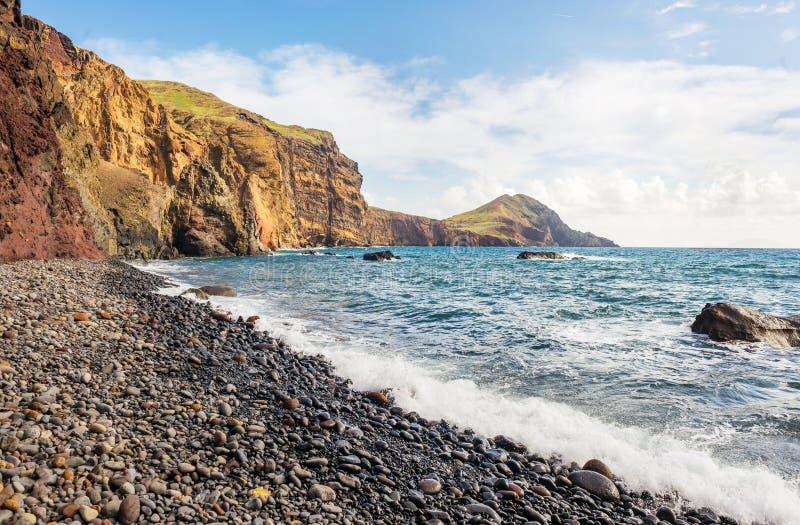 Piękna powulkaniczna czarna otoczak plaża, Ponta De Sao Lourenco, madery wyspa zdjęcia stock