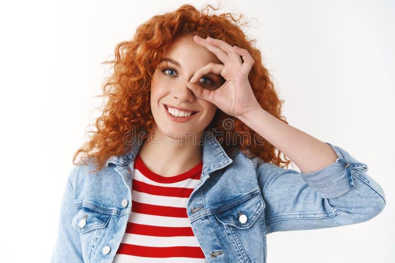 Piękna, pozytywna, młoda, zakręcona dziewczyna, rozjaśnia dzień, czysty, szczery, uśmiechnięty, biały ząb. fotografia royalty free