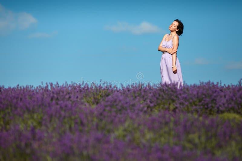 Piękna Provence kobieta w lawendy polu zdjęcia stock