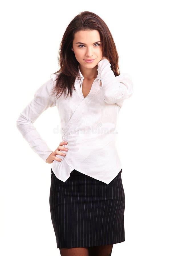 Piękna przypadkowa młodej kobiety pozycja odizolowywająca przeciw białemu bac fotografia stock