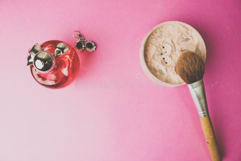 Piękna pudełko, proszek z brązu muśnięciem od drzemki dla makeup, menchii pachnidło i kolczyki na tle, Mieszkanie nieatutowy Odgó fotografia stock